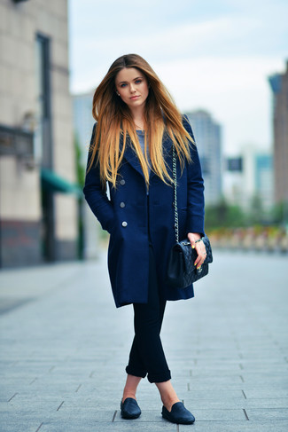 Comment porter: manteau bleu marine, t-shirt à manche longue bleu marine, jean skinny noir, slippers en cuir noirs