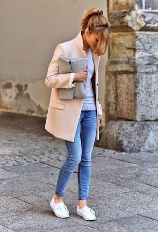 Comment porter une pochette en daim grise: Un manteau beige et une pochette en daim grise sont ta tenue incontournable pour les jours de détente. Cette tenue se complète parfaitement avec une paire de des baskets basses blanches.