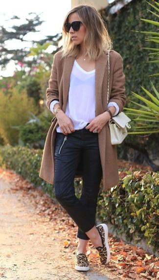 La polyvalence d'un manteau brun et d'un jean skinny en cuir noir en fait des pièces de valeur sûre. Pour les chaussures, fais un choix décontracté avec une paire de des baskets à enfiler imprimées léopard brunes claires.
