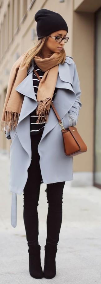 Les journées chargées nécessitent une tenue simple mais stylée, comme un manteau violet clair et un jean skinny noir. Cette tenue est parfait avec une paire de des bottines en daim noires.