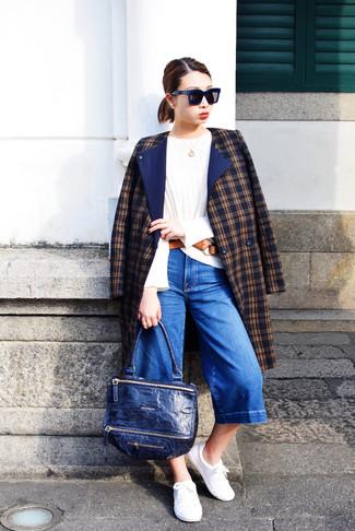 Pense à associer un manteau écossais bleu marine avec une jupe-culotte en denim bleue pour un look confortable et décontracté. Cette tenue se complète parfaitement avec une paire de des baskets basses blanches.