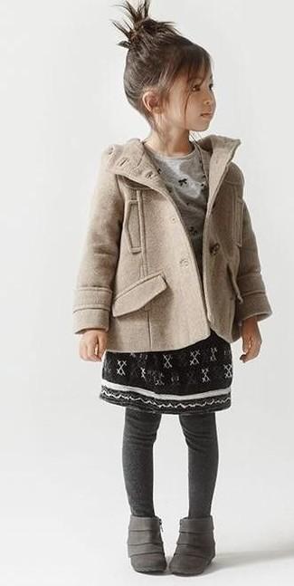 Comment porter: manteau beige, t-shirt à manche longue gris, jupe noire, bottes grises