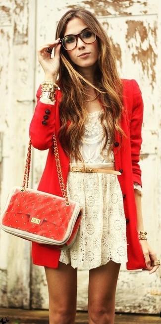Comment porter: manteau rouge, t-shirt à manche longue en dentelle beige, jupe patineuse en dentelle beige, sac bandoulière en cuir matelassé rouge