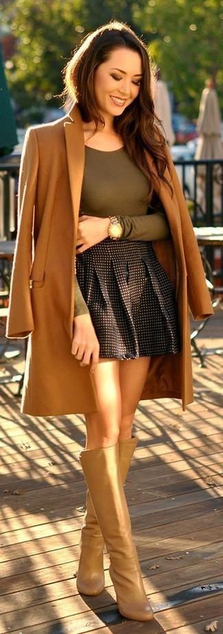 Comment porter: manteau marron clair, t-shirt à manche longue olive, jupe patineuse à carreaux noire, bottes hauteur genou en cuir marron clair