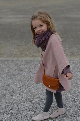 Comment porter: manteau rose, t-shirt à manche longue pourpre foncé, leggings gris, bottines chukka grises