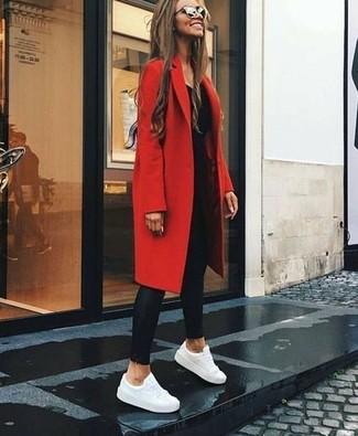 Comment porter des leggings en cuir noirs: Essaie d'associer un manteau rouge avec des leggings en cuir noirs pour achever un look chic. Une paire de des baskets basses en cuir blanches est une option génial pour complèter cette tenue.