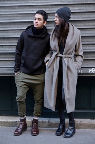 Comment porter: manteau gris, t-shirt à manche longue noir, leggings gris foncé, bottines chelsea en cuir noires