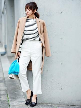 Comment porter: manteau beige, t-shirt à manche longue à rayures horizontales blanc et noir, pantalon carotte blanc, escarpins en daim noirs