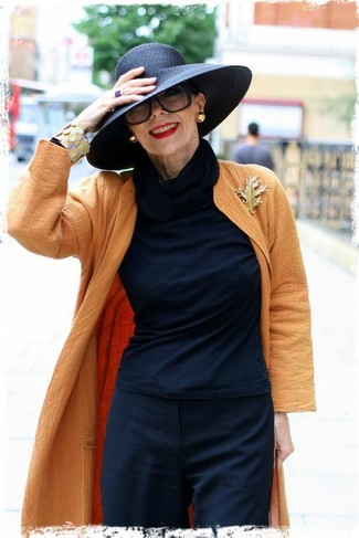 Comment porter: manteau orange, t-shirt à manche longue noir, pantalon de costume noir, chapeau noir
