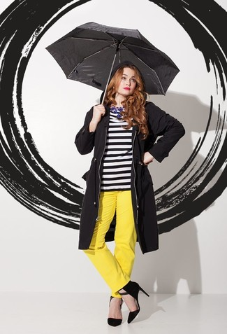 Comment porter: manteau noir, t-shirt à manche longue à rayures horizontales noir et blanc, pantalon large jaune, escarpins en daim noirs