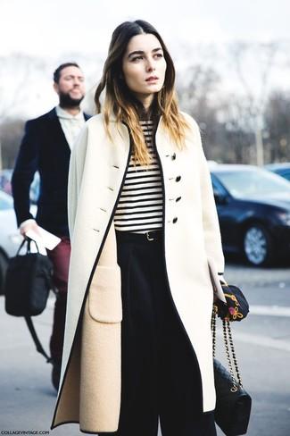 Comment porter: manteau beige, t-shirt à manche longue à rayures horizontales blanc et noir, pantalon large noir, sac bandoulière en cuir matelassé noir