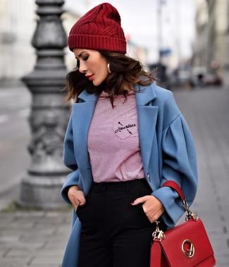 Comment porter: manteau bleu, t-shirt à manche longue à rayures horizontales rouge, pantalon slim noir, cartable en cuir rouge