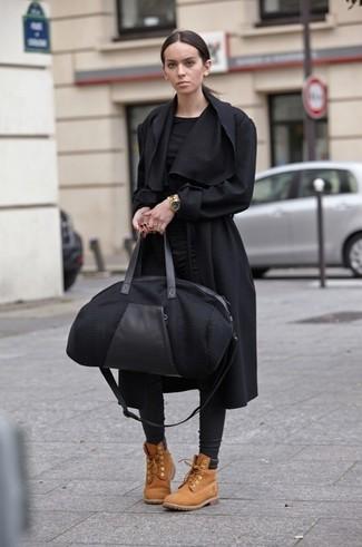 Pense à harmoniser un manteau noir avec un pantalon slim en cuir noir pour un ensemble de bureau stylé. Décoince cette tenue avec une paire de des bottines plates à lacets en daim marron clair.