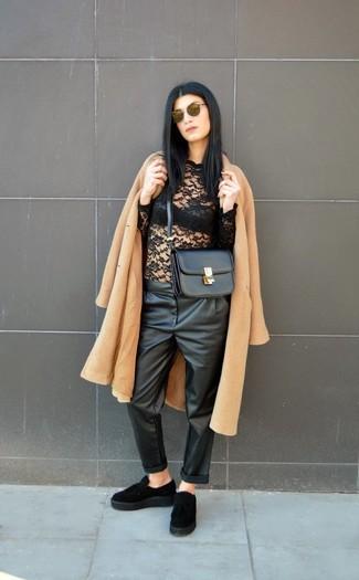 Comment porter: manteau marron clair, t-shirt à manche longue en dentelle noir, pantalon style pyjama en cuir noir, mocassins à pampilles en daim noirs