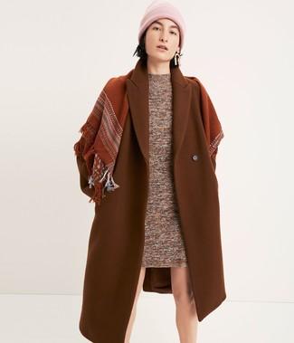 Comment porter: manteau tabac, robe-pull marron, bonnet rose, écharpe tabac