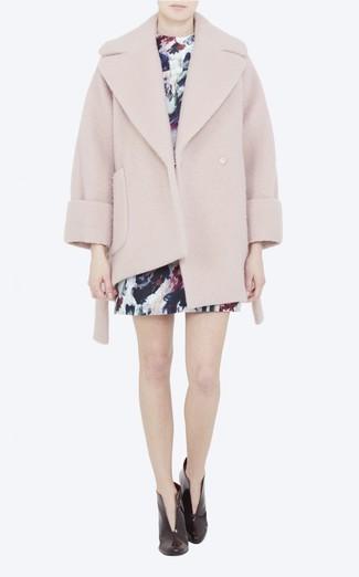 Comment porter: manteau texturé rose, robe droite imprimée bleu marine, bottines en cuir bordeaux