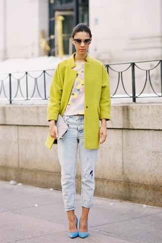 Comment porter: manteau moutarde, top court à fleurs bleu clair, jean boyfriend bleu clair, escarpins en daim bleu clair