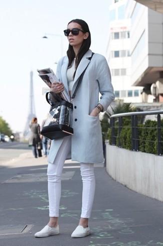 Comment porter: manteau bleu clair, top court blanc, jean skinny blanc, baskets à enfiler blanches