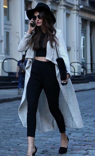 Comment porter: manteau gris, top court noir, pantalon slim noir, escarpins en daim noirs