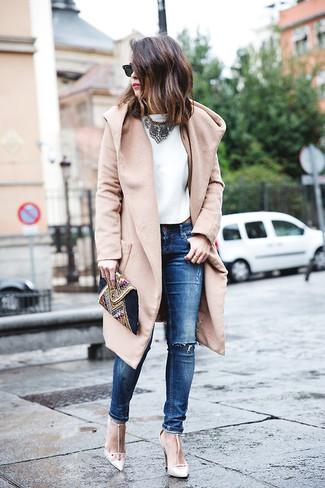 Marie un manteau brun clair avec un jean skinny déchiré bleu pour une tenue idéale le week-end. Complète ce look avec une paire de des sandales à talons blanches.