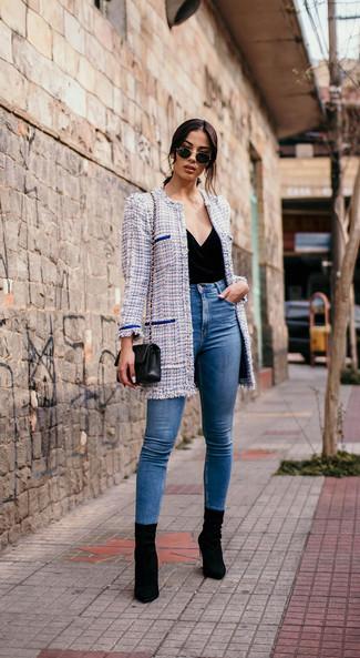 Comment porter des bottines en daim noires quand il fait frais: Associe un manteau en tweed bleu clair avec un jean skinny bleu pour affronter sans effort les défis que la journée te réserve. Une paire de des bottines en daim noires est une option avisé pour complèter cette tenue.
