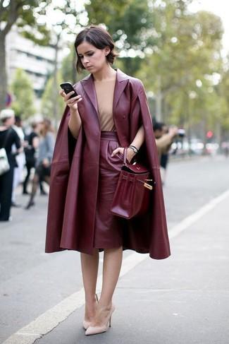 Comment porter  manteau en cuir bordeaux, top sans manches marron clair, jupe  crayon 792f3605085f