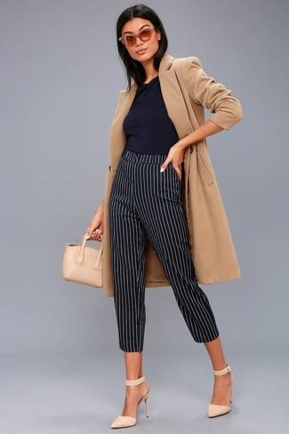 Comment porter des escarpins en daim beiges: Pense à marier un manteau marron clair avec un pantalon slim à rayures verticales noir et blanc pour un look de tous les jours facile à porter. Cette tenue se complète parfaitement avec une paire de des escarpins en daim beiges.