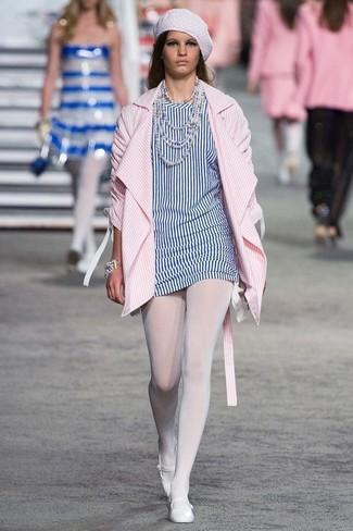 Comment porter: manteau à rayures verticales rose, tunique à rayures verticales blanc et bleu, ballerines en cuir blanches, béret blanc