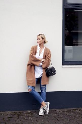 Pense à porter un manteau brun clair et un jean skinny déchiré bleu pour un look de tous les jours facile à porter. Une paire de des chaussures de sport grises apporte une touche de décontraction à l'ensemble.