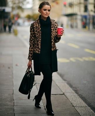 Comment porter: manteau imprimé léopard marron clair, tunique en tricot noire, leggings noirs, bottines en cuir noires