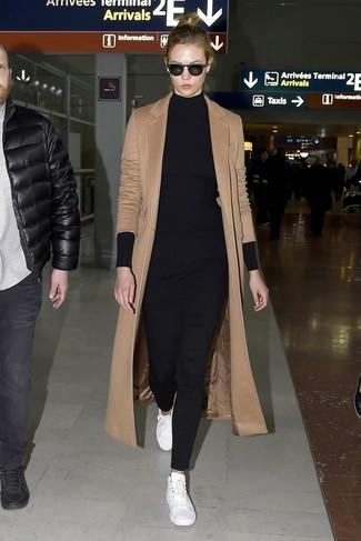 Comment porter: manteau marron clair, tunique en tricot noire, pantalon slim noir, baskets basses en cuir blanches