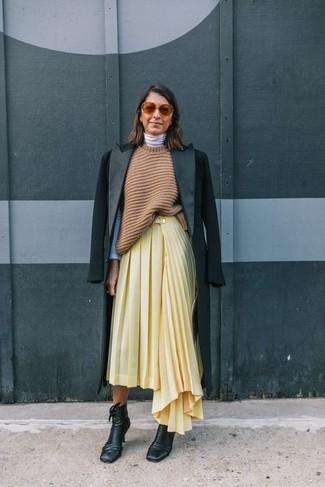 Comment porter: manteau noir, tunique en tricot marron clair, pull à col roulé blanc, jupe mi-longue plissée jaune