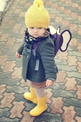 Comment porter: manteau vert foncé, bottes de pluie jaunes, bonnet jaune