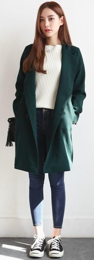 Comment porter: manteau vert foncé, pull à col rond blanc, jean skinny bleu, baskets basses noires