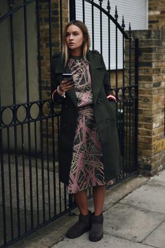 Comment porter: manteau vert foncé, robe midi imprimée vert foncé, bottes ugg gris foncé