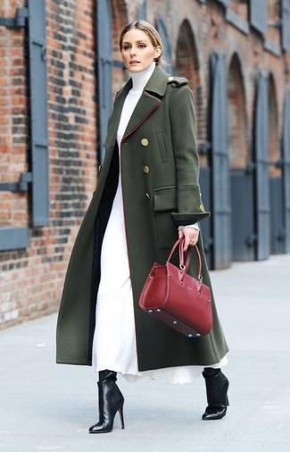 Comment porter: manteau vert foncé, robe-pull blanche, bottines en cuir noires, sac fourre-tout en cuir rouge