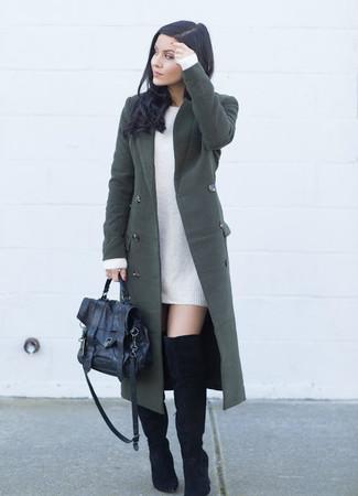 Comment porter: manteau vert foncé, robe-pull blanche, cuissardes en daim noires, cartable en cuir noir