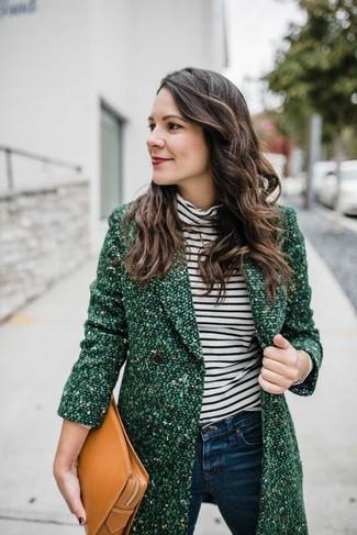 Comment porter une pochette en cuir marron clair: Choisis un manteau en tweed vert et une pochette en cuir marron clair pour une tenue relax mais stylée.