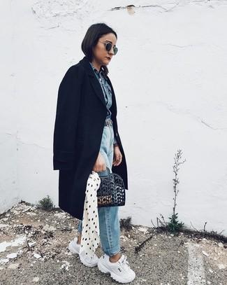 Comment porter: manteau noir, veste en jean bleue, jean boyfriend bleu clair, chaussures de sport blanches