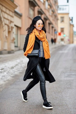 Comment porter: manteau noir, veste en jean bleue, t-shirt à col rond à rayures horizontales blanc et noir, jean skinny en cuir noir