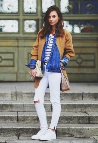 Associer un manteau brun clair avec un jean skinny déchiré blanc est une option confortable pour faire des courses en ville. Pour les chaussures, fais un choix décontracté avec une paire de des baskets basses en cuir blanches.