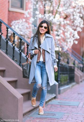 Comment porter: manteau bleu clair, veste motard en cuir marron, chemise de ville blanche, jean skinny déchiré bleu