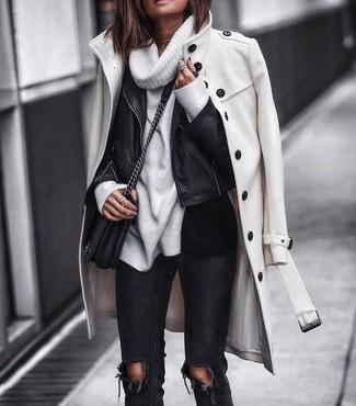 Comment porter: manteau blanc, veste motard en cuir noire, pull à col boule blanc, jean skinny déchiré noir