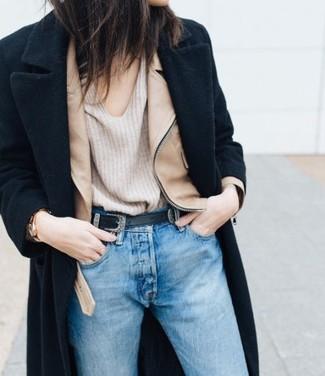 Comment porter: manteau noir, veste motard en cuir marron clair, pull à col en v beige, jean bleu clair