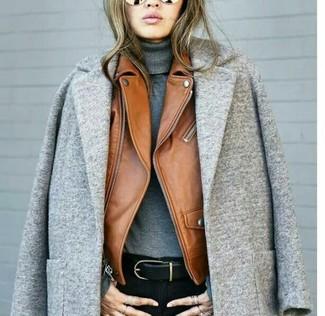 Comment porter: manteau gris, veste motard en cuir tabac, pull à col roulé gris, jean skinny noir