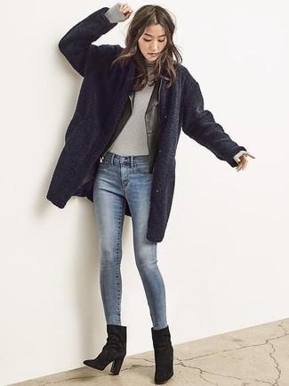 Comment porter: manteau en polaire bleu marine, veste motard en cuir noire, pull à col roulé gris, jean skinny bleu