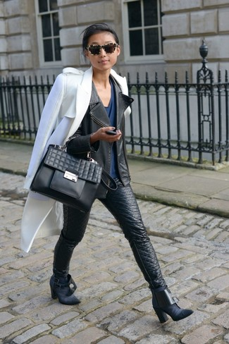 Comment porter: manteau blanc, veste motard en cuir noire, t-shirt à col en v bleu marine, jean skinny en cuir noir