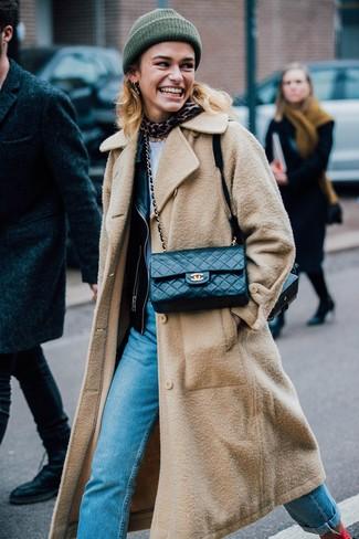Comment porter: manteau marron clair, veste motard en cuir noire, t-shirt à col rond blanc, jean bleu clair