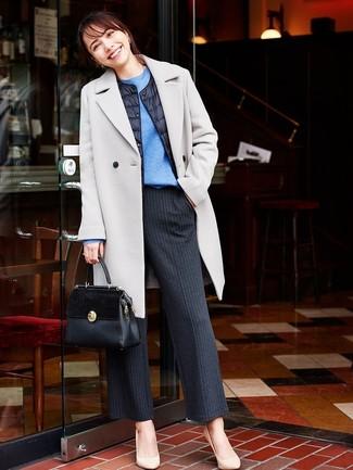 Associer un manteau gris et une pochette en cuir noire Tory Burch créera un look pointu et élégant. Cet ensemble est parfait avec une paire de des escarpins en cuir beiges.