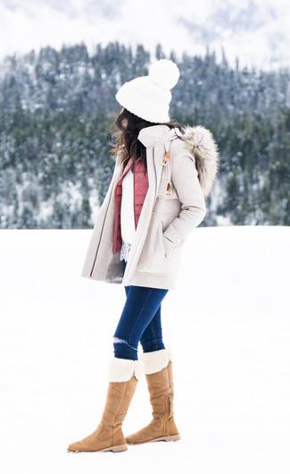 Comment porter: manteau beige, veste sans manches matelassée rose, pull à col rond en dentelle blanc, jean skinny déchiré bleu marine